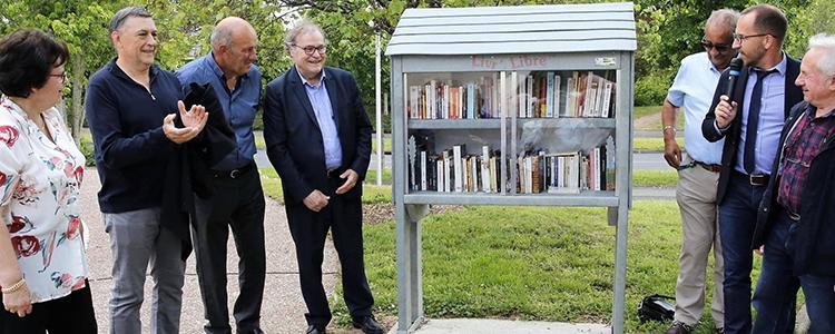 Laurent Raymond et Jean-Luc Galliot ont inauguré la borne à livres des Onze Arpents, en présence de l'adjointe à la culture et des responsables d'associations qui veilleront à leur bon fonctionnement. © Photo NR