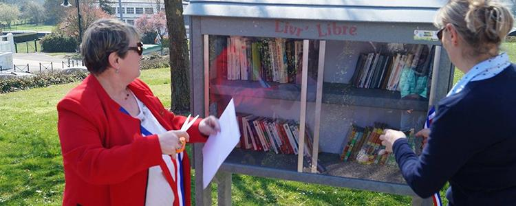 Le maire, Fanny Hermange, et Muriel Charbonnier, troisième adjoint, ont inauguré la première boîte à livres.  © Photo NR