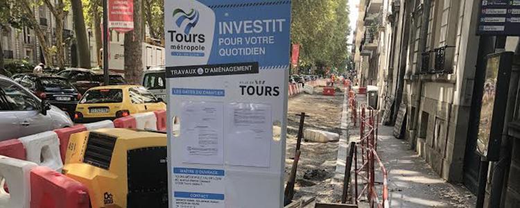 Panneau de chantier sur mât pour Tours Métropole Val de Loire