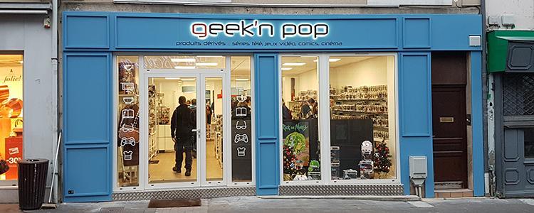 Enseigne lumineuse et adhésifs vitrine pour Geek'n Pop au Mans