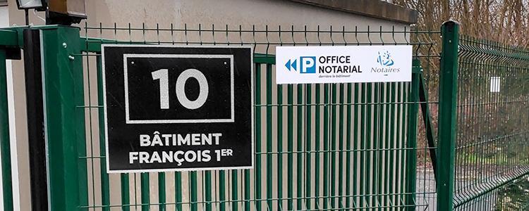Signalétique intérieure et extérieure pour le bâtiment François 1er à Nazelles-Négron