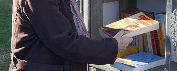 La nouvelle boîte à livres réjouit les Larichois.  © Photo NR