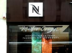 Adhésifs sur la vitrine du magasin Nespresso à Tours Centre (37)