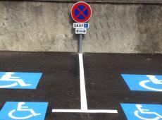 Marquage au sol aux normes P.M.R. avec panneaux de police obligatoires